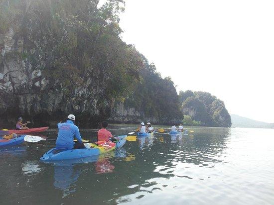 Phranang Full Moon Kayaking: дорога к лесу.гид в синей кофте