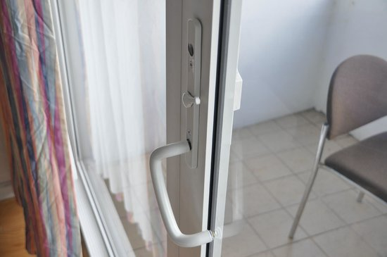Ocean Manor Resort Hotel: broken handle