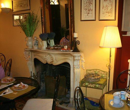 Antica Casa dei Rassicurati: sala colazione davanti al camino