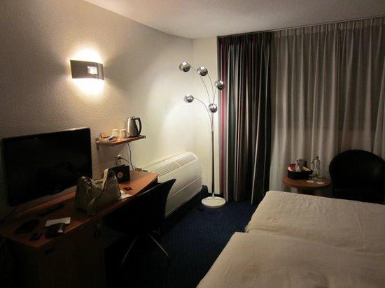 Inntel Hotels Amsterdam Centre: стол удобный, большой кондиционер