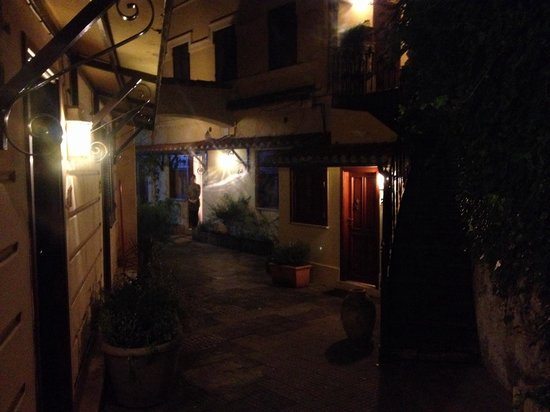 Rome Garden Hotel: Little romantic courtyard
