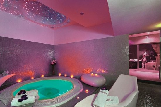Hotel Luxe: Whirlpool and massage room