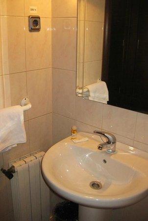 Hostal Ballesta: Раковина в ванной комнате