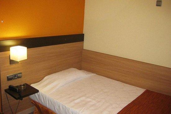 Hostal Ballesta: Кровать