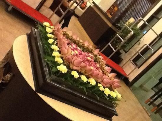 Tara Angkor Hotel: Flowers in lobby