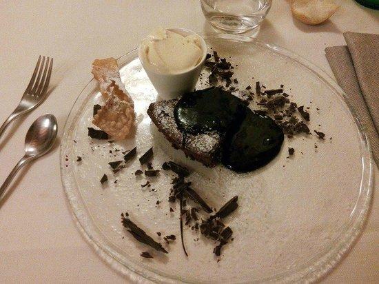 Osteria di Fornio: Torta cioccolatina con cioccolato fuso e gelato alla crema