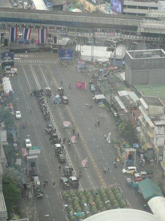 Pullman Bangkok Grande Sukhumvit : protests outside