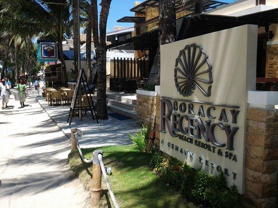 Henann Regency Resort & Spa: Beach entrance