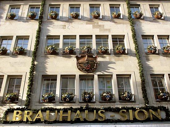 Brauhaus Sion: Фасад ресторана в солнечный день