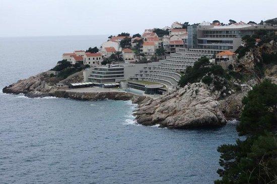 Rixos Hotel Libertas: Hotel from footpath into Dubrovnik