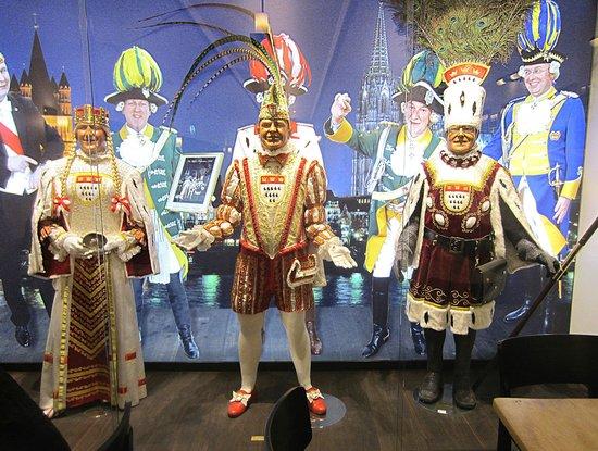 Brauhaus Sion: в интерьере пивной - главные герои знаменитого кельнского карнавала