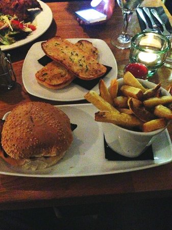 Firehouse Bar and Grill : Chicken Burger, Chips and a side of Garlic Bread.