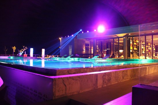 Foto Hotel: pool and restaurant by night