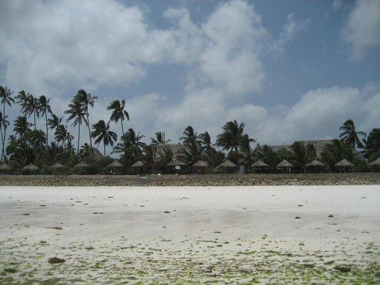 Uroa Bay Beach Resort: Vue de l'hôtel par la plage