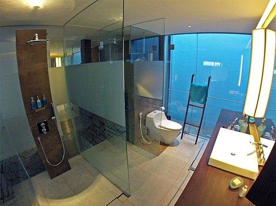 Ize Seminyak: Lavabo y baño de la habitación