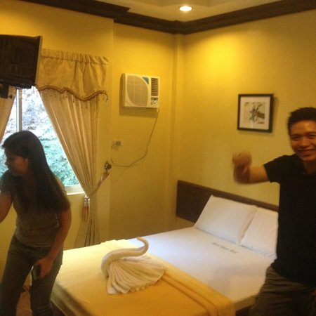 Mt. Tapyas Hotel: The room