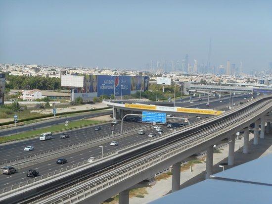 Holiday Inn Dubai - Al Barsha : Vue depuis la terrasse (Bar + Piscine)