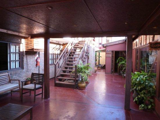 Passaro Suites Hotel: Patio y  acceso al comedor.
