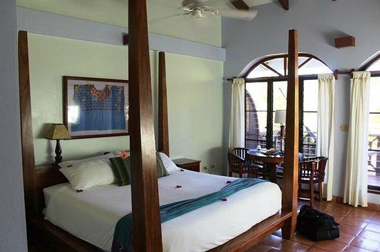 Hamanasi Adventure and Dive Resort: View of Beachfrom room 4