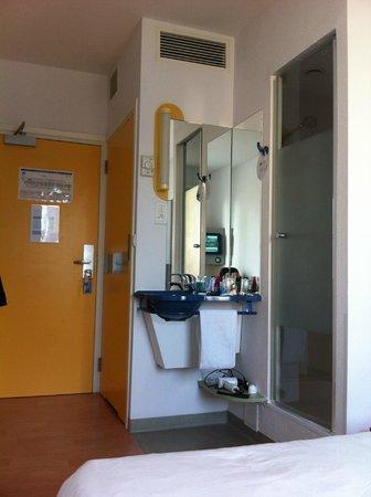 Ibis Budget Warszawa Centrum: Toilet, sink and fabulous shower