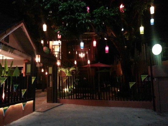 Siri Kamsan Hotel: Exterior at night