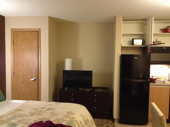 Hawthorn Suites by Wyndham Eagle CO: Dresser, TV, and closet