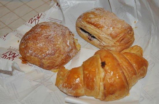 Pasticceria Dal Mas Di Dorz S.A.S. : Pasticceria Dal Mas: bombolone crema-pera-cioccolato, saccottino al mirtillo e croissant marmell