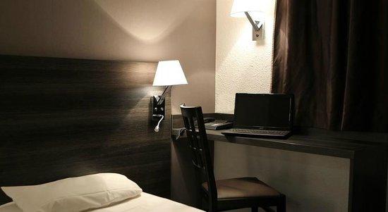 Hôtel balladins Geneve/Saint-Genis-Pouilly : bueau dans une chambre
