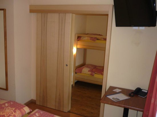 Hotel Europa Annex : bunk bed family room