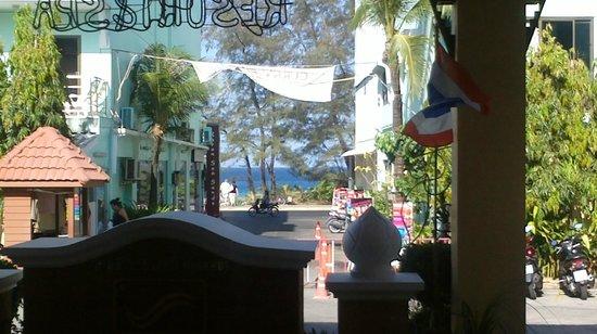 Karon Sea Sands Resort & Spa : вид с ресепшен на улицу