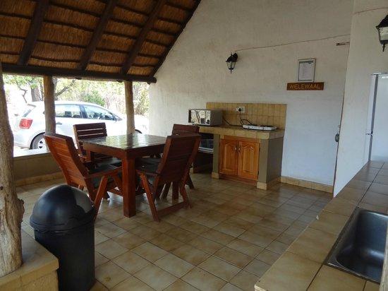 Bateleur Bushveld Camp: Open keuken met magnetron