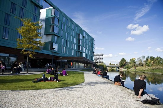 Stay QM: Our accommodaton is on the banks of Regent's Canal