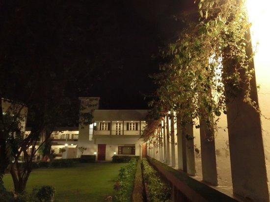 جراند هوتل أجرا: ロビー棟と宿泊棟の間に中庭