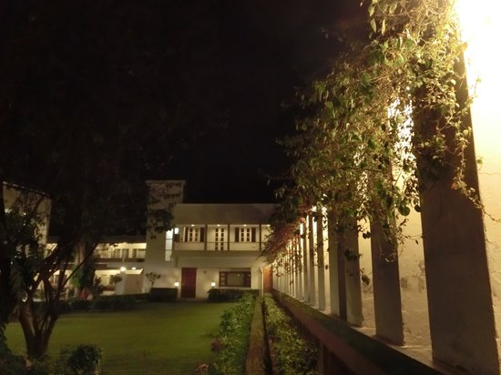 Grand Hotel Agra: ロビー棟と宿泊棟の間に中庭