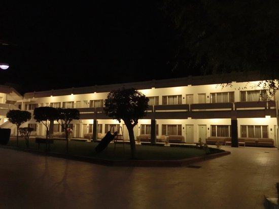Grand Hotel Agra: 夜の宿泊棟