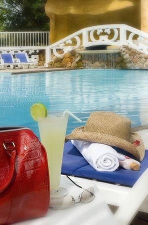 Hotel El Bosque: BEBIDAS EN LA PISCINA