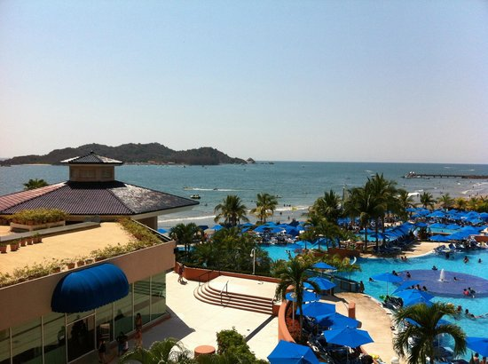 Azul Ixtapa Beach Resort & Convention Center: Overlooking grounds and pool