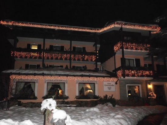 Hotel La Genzianella: Hotel at Night