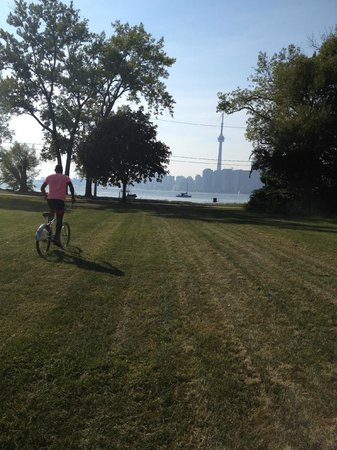 Parc des Îles de Toronto : Approching Toronto Beach with our bike rentals