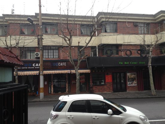 Motel 268 (Shanghai Xiangyang North Road): cafe across the street