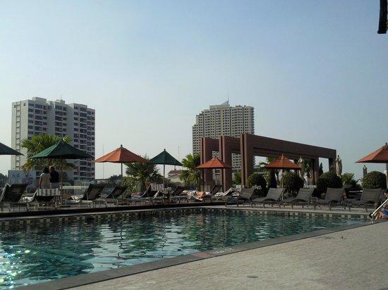 Royal Orchid Sheraton Hotel & Towers : Бассейн