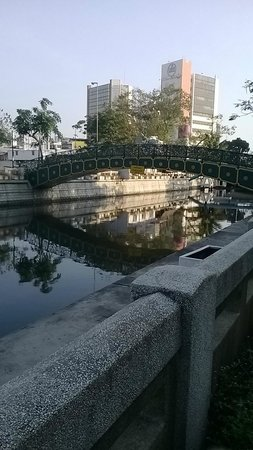 Krung Kasem Sri Krung Hotel : Across the canal is the railway station