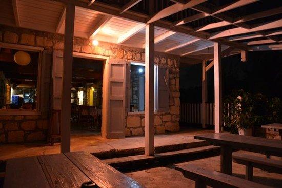 Russell's Bar & Seafood Restaurant: Russel`s Bar & Restaurant @night
