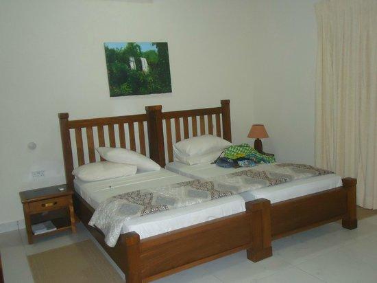 Coconut Grove Beach Resort : Hotel room