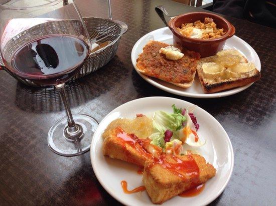 Via de la Tapa: Tapa de pisto manchego, migas extremeñas, queso brie y de cabra con cebolla caramelizada.