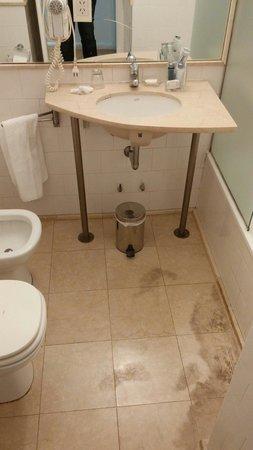 Broadway Hotel & Suites: Il bagno