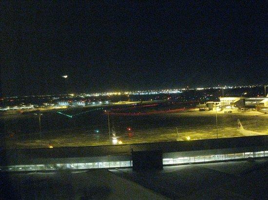 Montreal Airport Marriott In-Terminal Hotel: vu de notre chambre au 4e étage