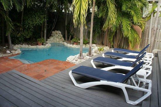 Suite Dreams Inn: Дворик с бассейном