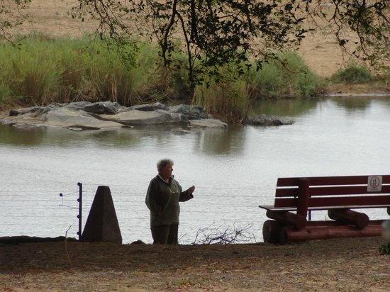 Shimuwini Bushveld Camp: bereik met mobiele telefoon is onder de boom
