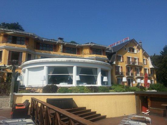 Les Tresoms, Lake and Spa Resort : La chambre en haut à droite avec une fenêtre partagée
